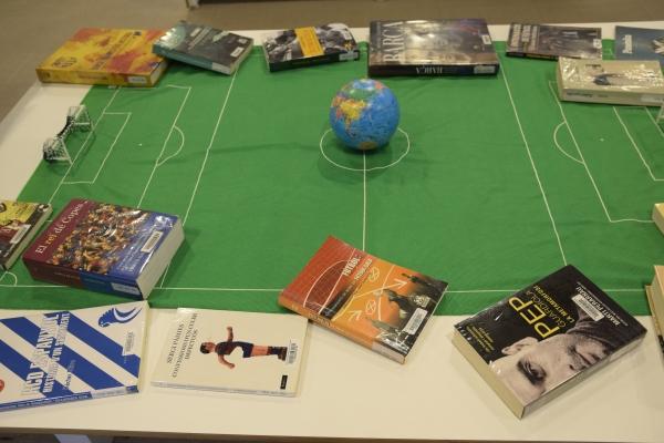 Fotografia de'exposició de llibres de futbol a la 1a planta