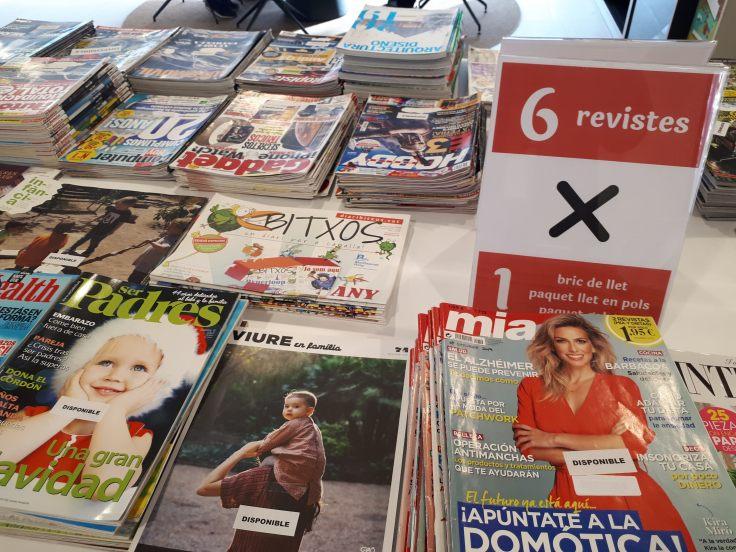 Imatge detall de la taula on s'exposen les revistes