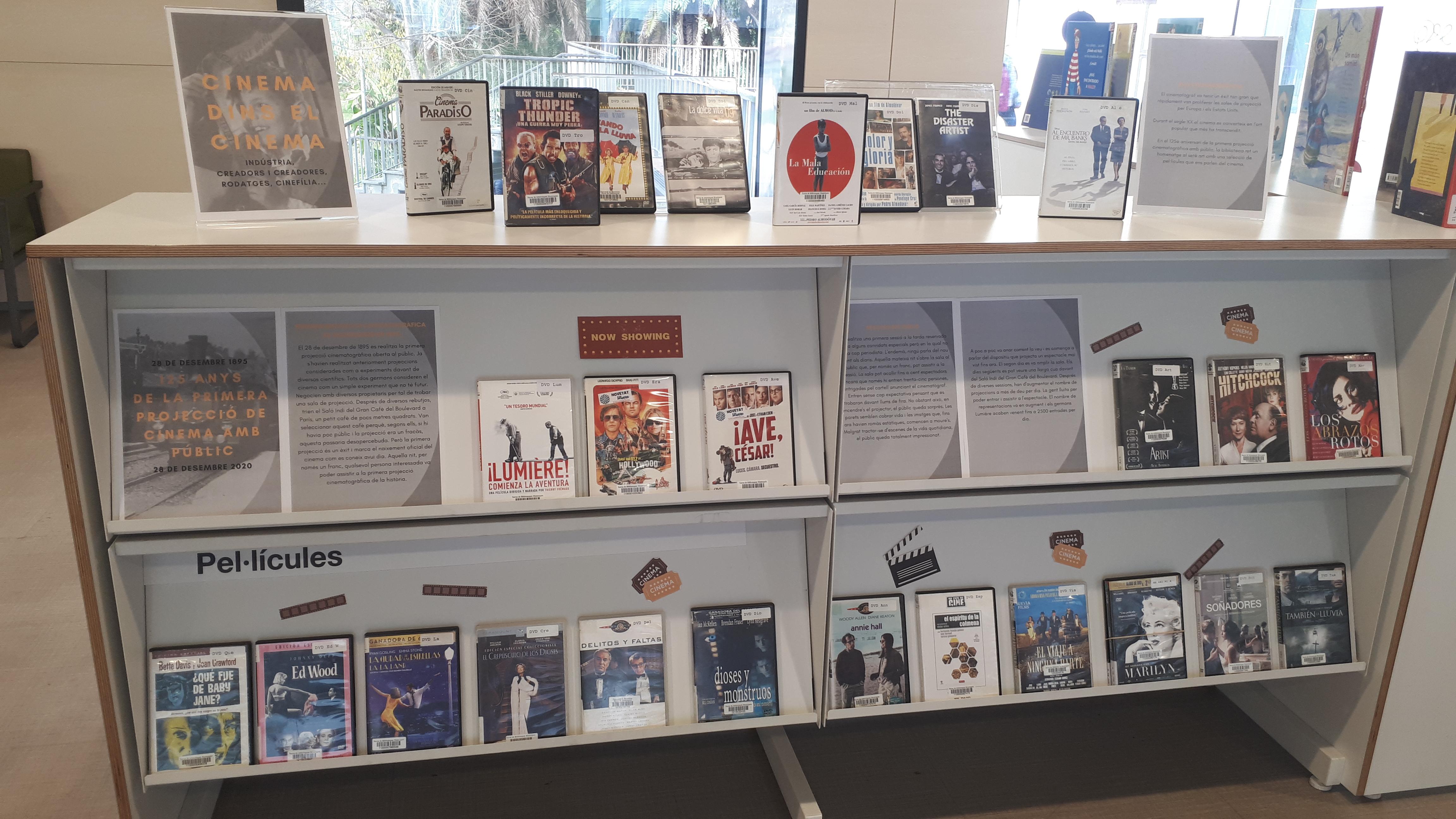 Imatge de l'exposició de pel·lícules sobre cinema que hi ha al vestíbul de la biblioteca