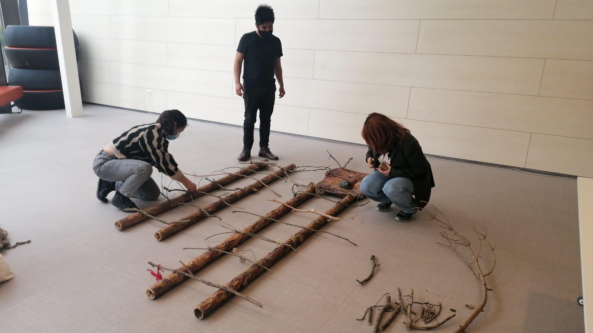 Imatge del muntatge de l'escultura We Felitu