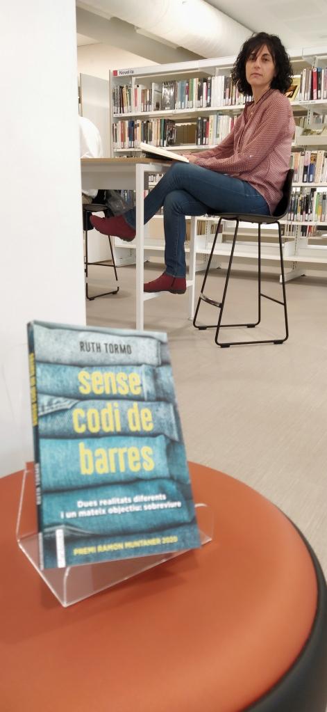 Imatge de l'escriptora Ruth Tormo a la biblioteca Montserrat Roig